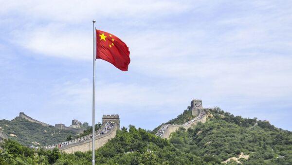 Čínská vlajka na pozadí Velké čínské zdi - Sputnik Česká republika