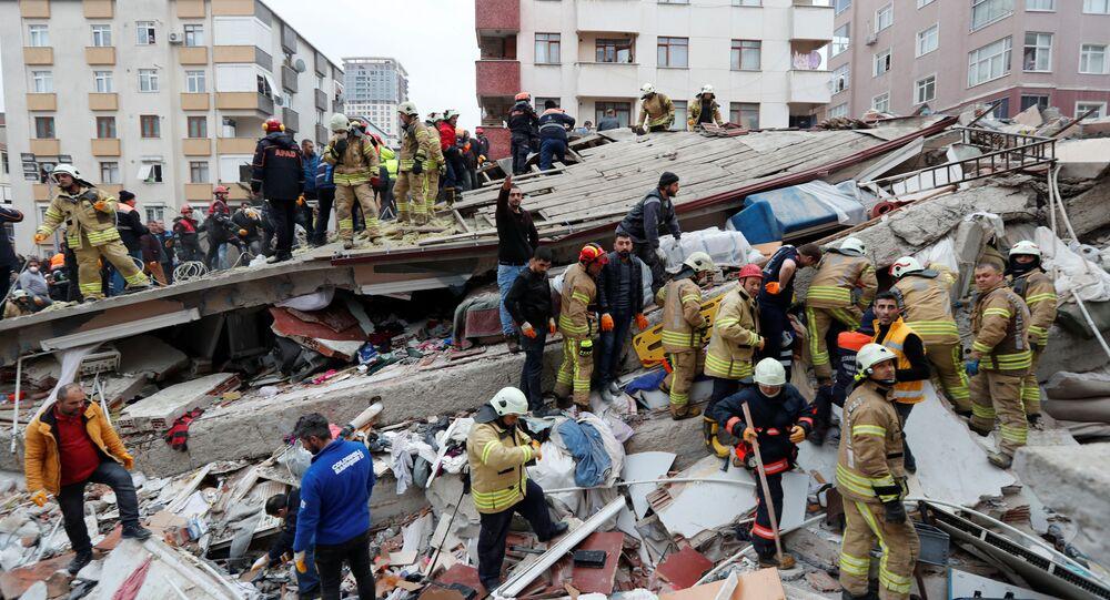 Záchranáři na místě zříceného domu v Istanbulu