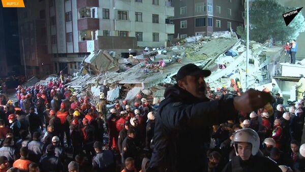 Záchranáři nalézají živé lidi v troskách zřícené budovy v Istanbulu - Sputnik Česká republika
