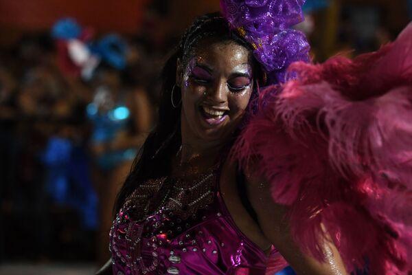 Účastníce slavnostní přehlídky na karnevalu v Montevideo, Uruguay - Sputnik Česká republika