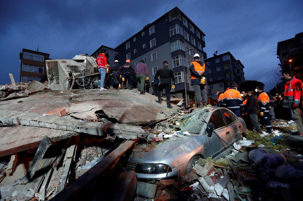 Záchranáři v tureckém Istanbulu pracující na místě neštěstí, kde došlo ke zřícení obytné budovy.