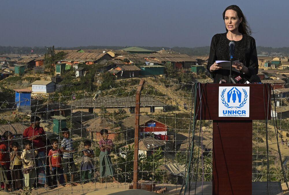 Herečka a vyslankyně Úřadu vysokého komisaře OSN, Angelina Jolie, během návštěvy v Bangladéši.