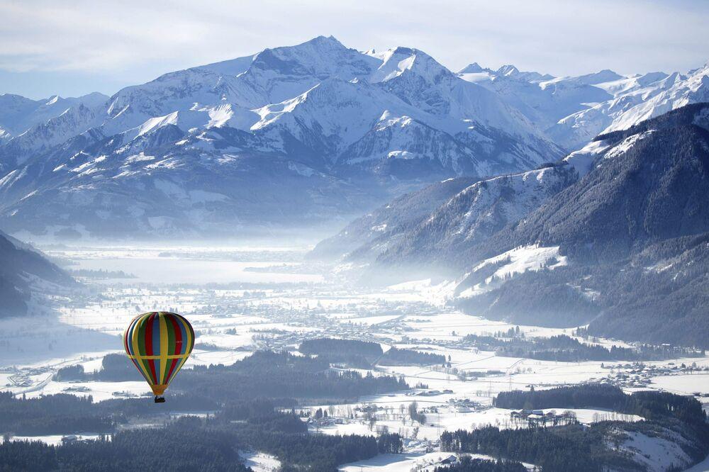 Horkovzdušný balón nad lázněmi Zell am See v Rakousku.