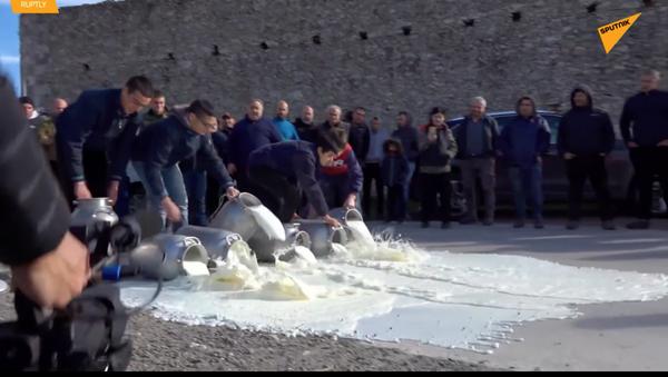 Farmáři italské Sardinie na protest proti nízkým cenám vylili mléko a vyhodili maso na silnici - Sputnik Česká republika