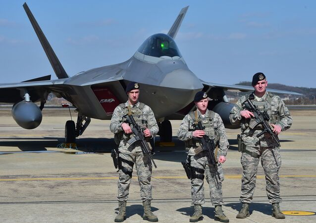 Američtí vojáci na pozadí stíhačky F-22