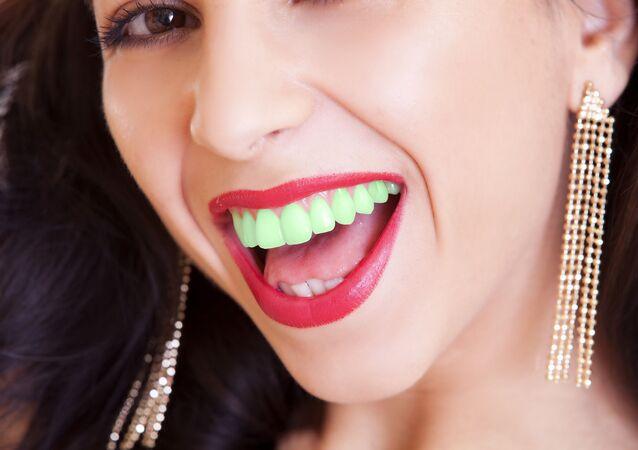 Dívka se zelenými zuby. Ilustrační foto