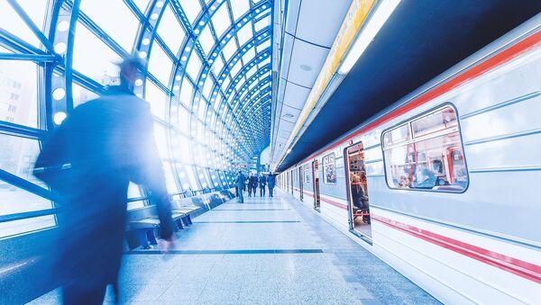 Pod soupravu metra spadli lidé. Nejedоu dvě linky  - Sputnik Česká republika