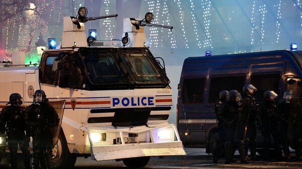 Сотрудники полиции во время протестной акции жёлтых жилетов в Париже - Sputnik Česká republika