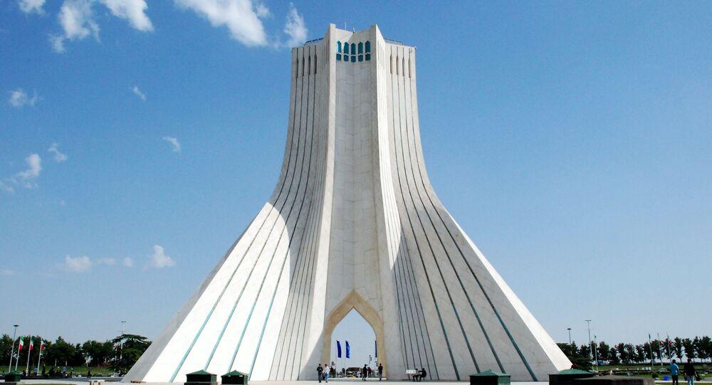 Věž Bordž-e Ázádí.  Teherán, Írán.