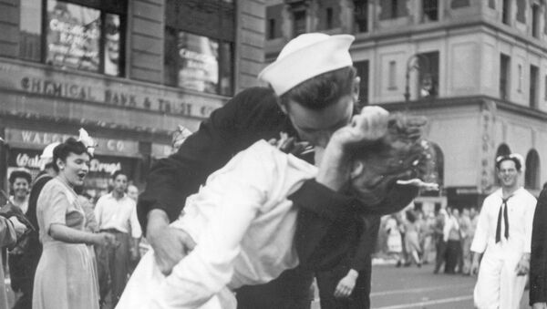 Americký námořník líbá zdravotní sestru na Times Square v New Yorku - Sputnik Česká republika