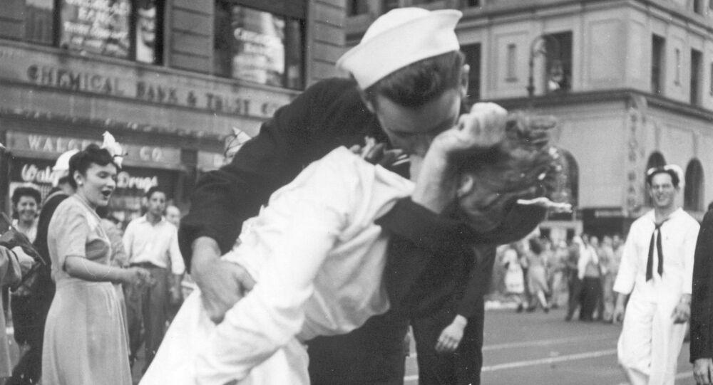 Americký námořník líbá zdravotní sestru na Times Square v New Yorku