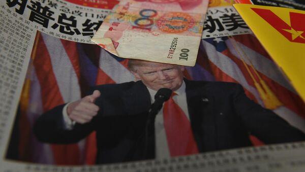 Čínské noviny s fotografií prezidenta USA Donalda Trumpa a jüan - Sputnik Česká republika