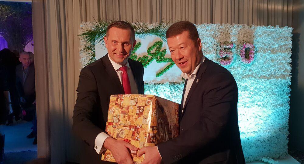 Jaromír Soukup přebírá dárek od Tomia Okamury