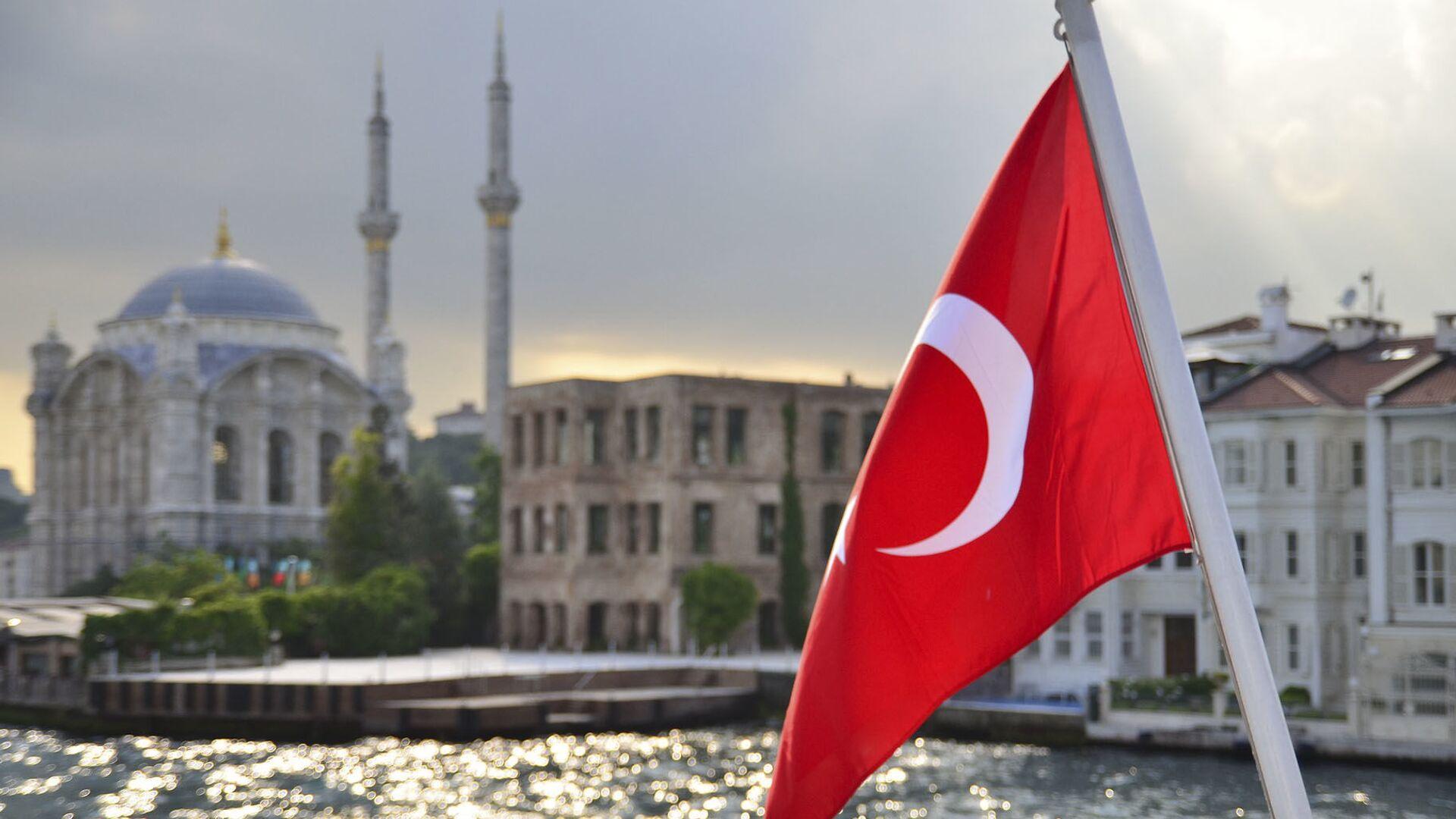 Turecká vlajka na pozadí Istanbulu - Sputnik Česká republika, 1920, 14.03.2021