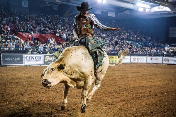 Účastník soutěží lumků na býcích Tuff Hedeman Bull Riding Tour v Texasu, Spojené státy - Sputnik Česká republika