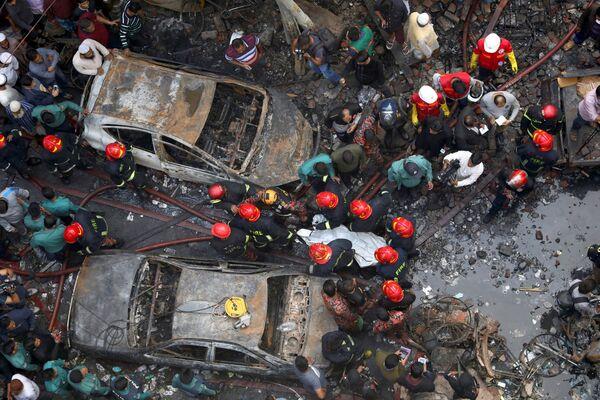 Záchranáři pracují ve vyhořelém skladu v Dháce, Bangladéš - Sputnik Česká republika