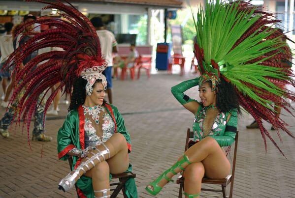 Tanečnice samby ze školy Rio Grande Samba hovoří během přestávky, Rio de Janeiro, Brazílie - Sputnik Česká republika