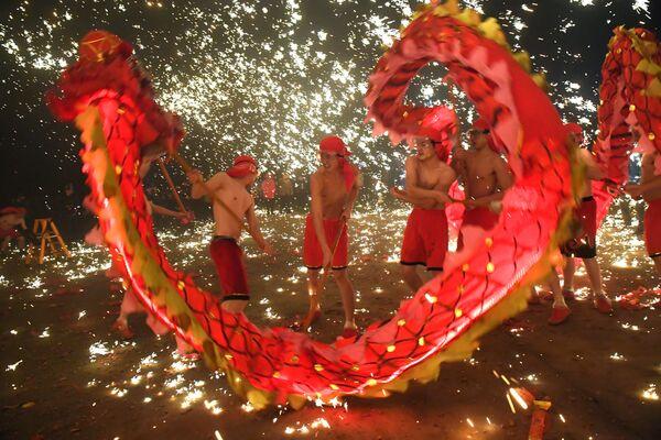 Dračí tanec během svátku světel ve městě An-šan, Čína - Sputnik Česká republika