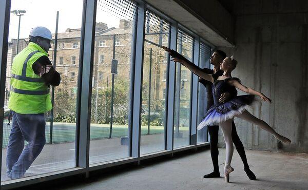 Dělník pozoruje umělce v Centrální baletní škole v Londýně - Sputnik Česká republika