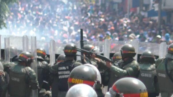 Situace ve Venezuele: Čtyři mrtví, hořící kamiony a přerušení diplomatických styků  - Sputnik Česká republika