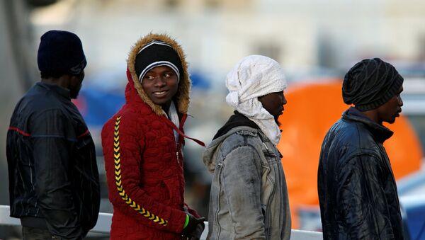 Migranti vystupují na břeh z paluby lodi Sea-Watch 3 - Sputnik Česká republika