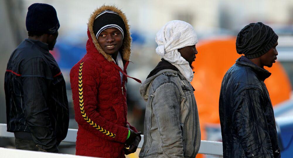 Migranti vystupují na břeh z paluby lodi Sea-Watch 3
