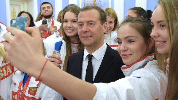 Selfie s premiérem Dmitrijem Medveděvem - Sputnik Česká republika