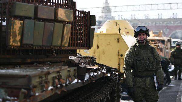 """Vlak """"Syrský přelom"""", který převáží tanky a další vojenská vozidla, která byla vybojována u ozbrojenců v Sýrii, v Moskvě - Sputnik Česká republika"""