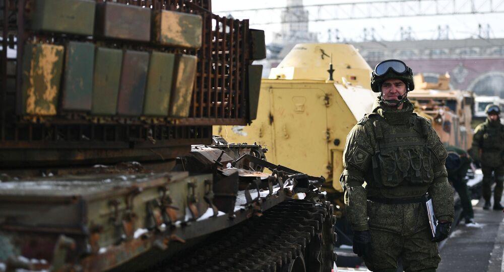 """Vlak """"Syrský přelom"""", který převáží tanky a další vojenská vozidla, která byla vybojována u ozbrojenců v Sýrii, v Moskvě"""