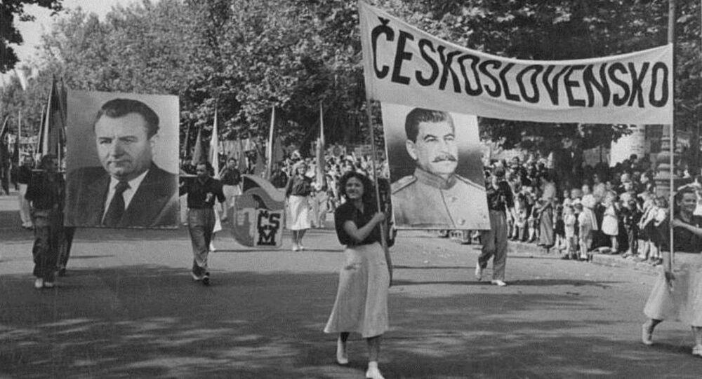 Studenti z Československa nesou plakáty s Klementem Gottwaldem a Josifem Stalinem na festivalu v Budapešti (srpen 1949)