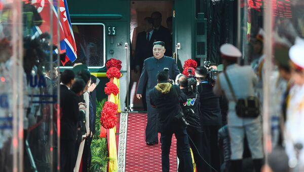 Kim Čong-un na nádraží  po příjezdu do Vietnamu - Sputnik Česká republika