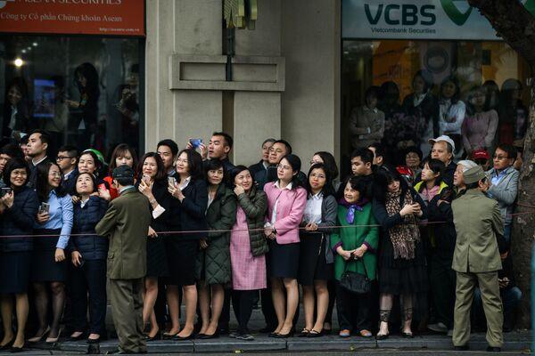 Obyvatelé v očekávání vůdce KLDR Kim Čong-una v Hanoji - Sputnik Česká republika