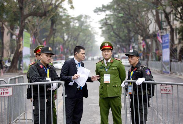 Ochranka v blízkosti hotelu Melia Hotel v Hanoji, kde se pravděpodobně ubytuje vůdce KLDR Kim Čong-un - Sputnik Česká republika
