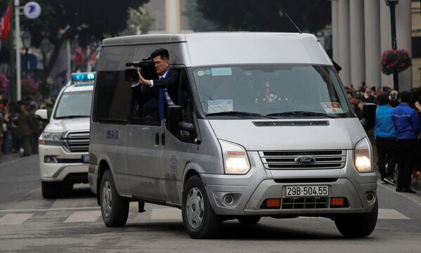 Severokorejský kameraman natáčí vůdce KLDR Kim Čong-una v Hanoji - Sputnik Česká republika