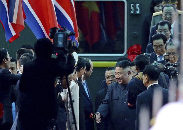 Vůdce KLDR Kim Čong-un obklopený ochrankou, zatímco opouští železniční stanici Dong Dang ve Vietnamu - Sputnik Česká republika