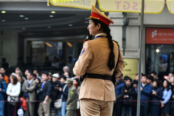 Vietnamský policista během setkání vůdce KLDR Kim Čong-una v Hanoji - Sputnik Česká republika