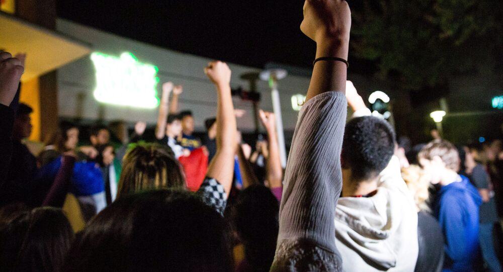 Studenti v Kalifornii protestují proti zvolení Donalda Trumpa (9. listopad 2016)