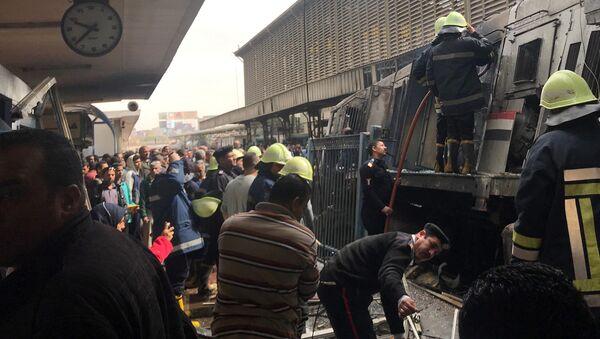 Hasiči a záchranáři u vykolejeného vlaku v Káhiře - Sputnik Česká republika
