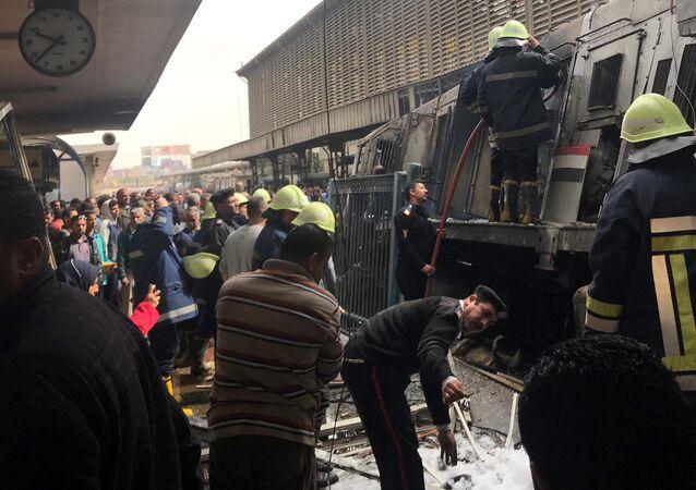 Hasiči a záchranáři u vykolejeného vlaku v Káhiře