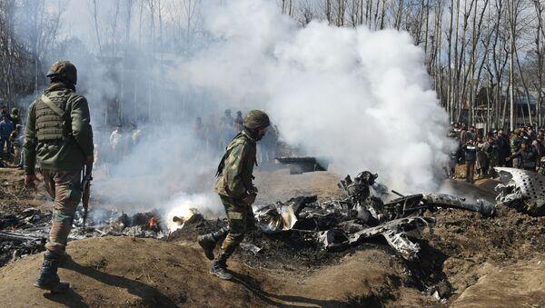 Indičtí vojáci u letadla Letectva Indie v okresu Budgam, které sestřelili pákistánští vojáci - Sputnik Česká republika