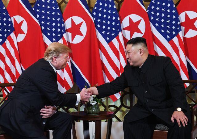 Summit plný očekávání: Trump a Kim jednají o jaderném odzbrojení