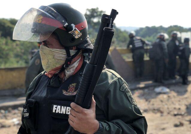 Venezuelská garda na hranici mezi Kolumbií a Venezuelou. Opozice se snaží přejí uzavřený most