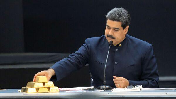 Venezuelský prezident Nicolás Maduro se zlatými cihlami - Sputnik Česká republika
