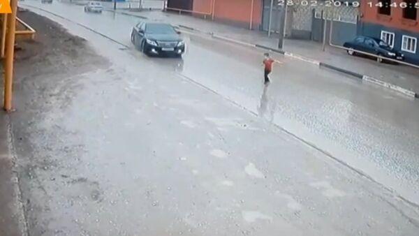 V Rusku řidič dokázal zabočit a zachránil život malému chlapečkovi. Budete ohromeni! - Sputnik Česká republika