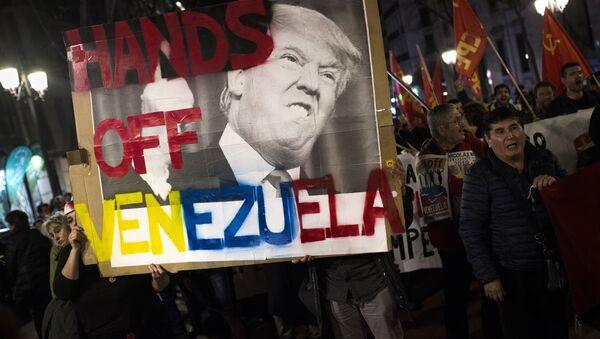 Účastníci mítinku na podporu legitimního venezuelského prezidenta Nicolase Madura v Madridu - Sputnik Česká republika