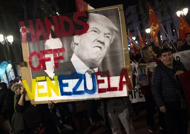 Účastníci mítinku na podporu legitimního venezuelského prezidenta Nicolase Madura v Madridu