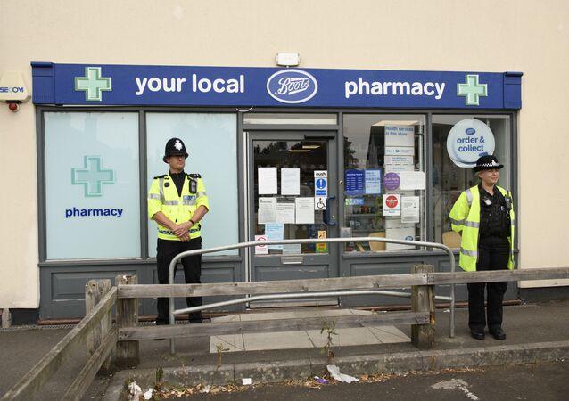 Policisté u lékárny v Amesbury