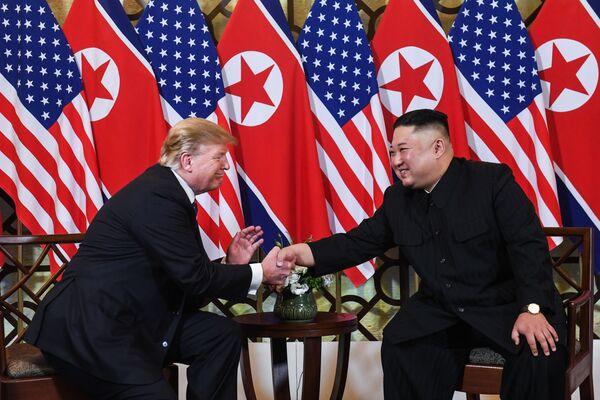 Severokorejský vůdce Kim Čong-un a americký prezident Donald Trump během druhého summitu USA-KLDR v Hanoji, Vietnam - Sputnik Česká republika
