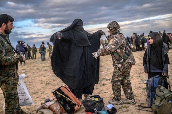 Prohlídka osob, které opustily poslední tábor IS v Baghúzu, Sýrie - Sputnik Česká republika