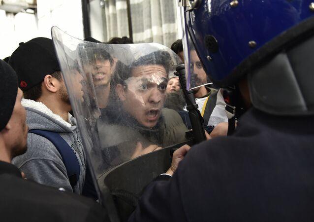 Protesty studentů proti Abdelazízovi Buteflikovi.
